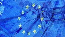 Флаг и деньги Евросоюза. Архивное фото
