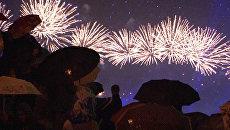 Тысячи людей под дождем смотрели фейерверк в честь саммита АТЭС
