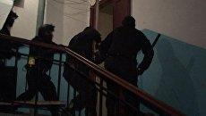 Спецназ штурмует квартиры наркодилеров в Петербурге. Кадры операции