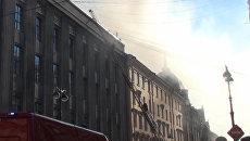 Спасатели по лестницам забирались на горящую крышу университета