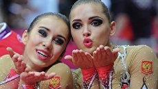 Российские гимнастки Алина Макаренко и Каролина Севастьянова радуются завоеванным золотым медалям