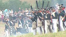 Реконструкторы в мундирах русской армии 1812 года палят из кремневых ружей
