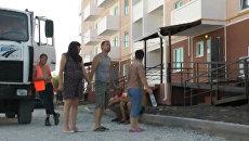 Жители разрушенных домов Крымска осматривают свои новые квартиры
