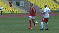 Наталья Водянова сыграла в футбол против Аркадия Дворковича