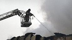 Пожарные тушат склады с пиротехникой, в которых произошел взрыв