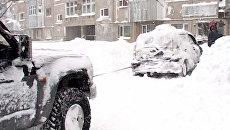 Водители Камчатки откапывают автомобили из-под снега из-за циклона
