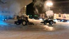 Коммунальщики на тракторах без ведома начальства устроили шоу на льду