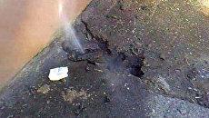 Кипяток второй день хлещет из отопления под жилым домом в Брянске