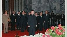 Младший сын скончавшегося лидера КНДР Ким Чен Ира, Ким Чен Ын, простился у гроба со своим отцом