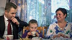Артем Савельев показал Павлу Астахову новый дом и новую маму