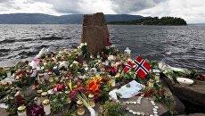 Цветы в память о погибших в двух терактах на острове Утейа