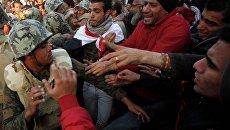 Военные вытесняют протестующих с площади Тахрир в Каире