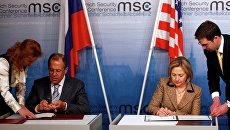 Глава МИД РФ Сергей Лавров и глава госдепартамента США Хиллари Клинтон обменялись ратификационными грамотами Договора СНВ