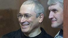 Платон Лебедев по дороге в зал суда поздравил журналистов с Новым годом