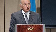 Вернувшийся из отпуска Лужков не стал общаться с журналистами