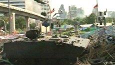 Военные штурмуют лагерь краснорубашечников с помощью бронетехники