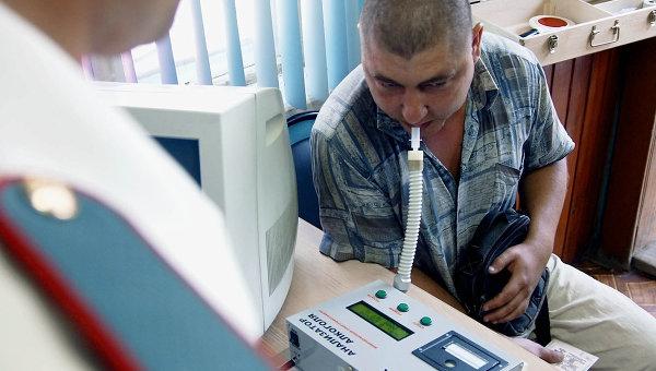 Проверка водителя на содержание алкоголя в крови. Архив