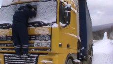 Полицейские нашли занесенный снегом грузовик и спасли замерзшего водителя