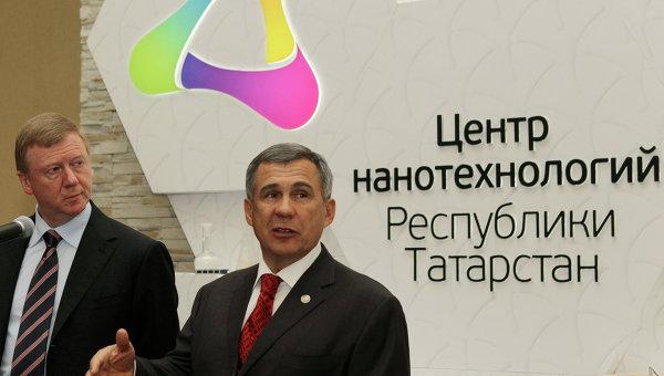 Глава Республики Татарстан Рустам Минниханов (справа), председатель правления ОАО Роснано Анатолий Чубайс