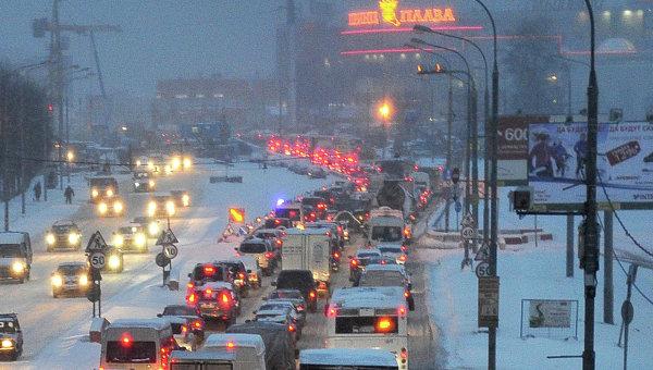 Автомобильное движение на улице Профсоюзная в Москве. Архивное фото
