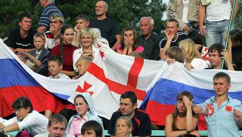 Люди с флагами России и Грузии. Архивное фото