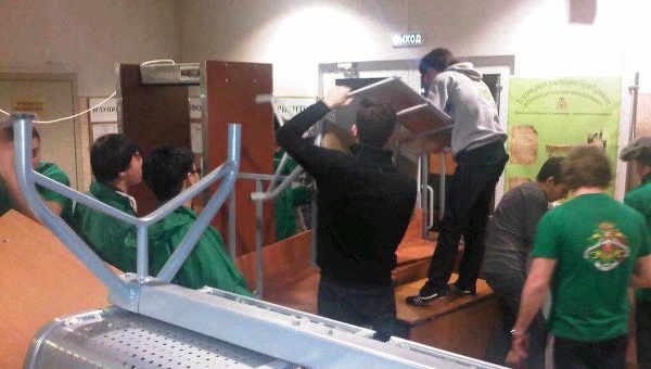 Студенты РГТЭУ строят баррикады, чтобы и.о. ректора не зашел в вуз