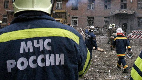 Сотрудники МЧС РФ на месте взрыва бытового газа
