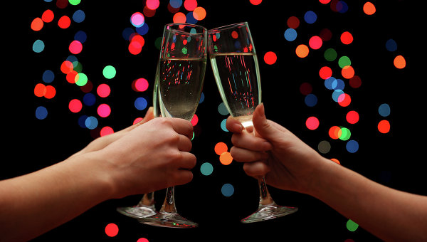Люди чокаются бокалами шампанского, архивное фото.