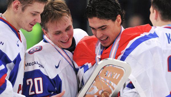 Вратарь сборной России Андрей Макаров (второй слева) и игрок сборной России Наиль Якупов (справа)