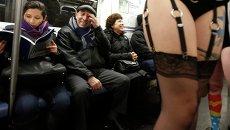 Участники акции В метро без штанов - 2013 в Нью-Йорке