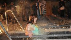 Женщина купается в проруби в праздник Крещения Господня, фото из архива