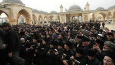 Верующие во дворе Центральной мечети имени Ахмата Кадырова в Грозном