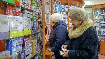 Жительница Калининграда покупает лекарственные препараты в аптеке. Архивное фото