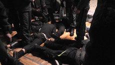 Полицейские уложили на пол подростков, устроивших дебош в общежитии