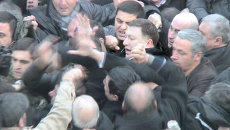 Толпа митингующих окружила мэра Тбилиси и накинулась на него с кулаками