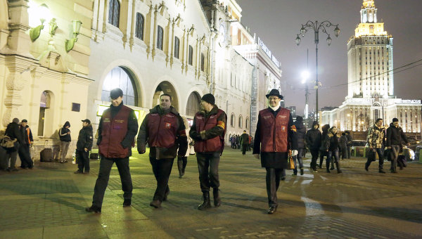 Дружинники патрулируют территорию вокзала. Архив