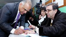 Кандидат в президенты Армении Раффи Ованнисян принимает участие в голосовании