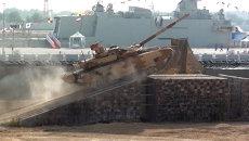 Маневренный Т-90С взбирался на горки и пускал дым на выставке в Абу-Даби