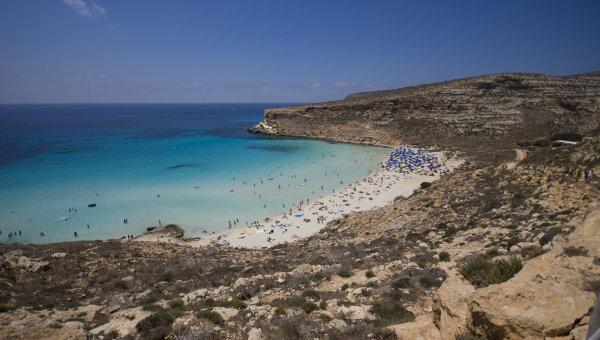 Пляж Рэббит бич на острове Лампедуза близ Сицилии