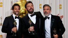 Грант Хеслов, Бен Аффлек и Джордж Клуни позируют фотографам на 85-й церемонии вручения премии Оскар