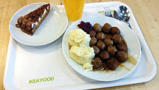 Обед в ресторане при сети магазинов IKEA. Архив