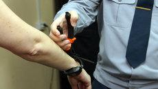Производство и испытание электронных браслетов для осужденных. Архивное фото