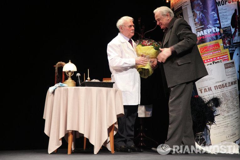 Гример Николай Максимов и актер Виктор Сергачев (слева направо)