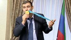 Борец Муртазалиев целовал медаль, которую решил вернуть МОК в знак протеста