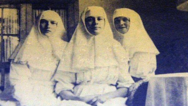 Великие княжны Татьяна и Ольга с Маргаритой Хитрово (в центре) во время службы в госпитале