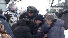 Прибывших с МКС космонавтов вынесли на руках из капсулы и закутали в пледы