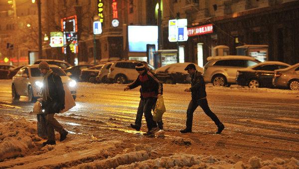 Прохожие переходят улицу в Москве. Архивное фото