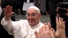 Папа Франциск перед первой проповедью вышел к прихожанам и пожал им руки