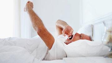 Мужчина просыпается после сна, фото из архива