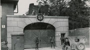 Американские войска охраняют главный вход в Дахау сразу после освобождения, 1945